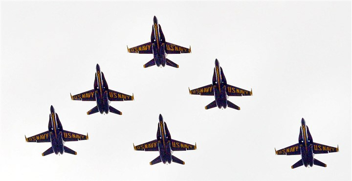 20140604MWHAngelsLocal02-1 Michael Henninger/Post-Gazette 20140604 Angels local 06/04/2014 The Blue Angels fly over Pittsburgh on Wednesday, June 4, 2014.