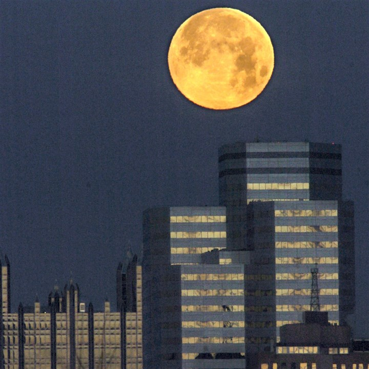 A full moon looms over One Oxford Centre One Oxford Plaza, shown just below a full moon, is the latest building to be grabbed by an out-of-town buyer — San Francisco-based Shorenstein Properties LLC last month for $148.7 million.