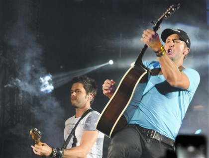 Country music star Luke Bryan in pittsburgh Country music star Luke Bryan performs at Heinz Field. Tens of thousands of fans showed for Saturday's concert, which also featured performances by Dierks Bentley, Cole Swindell and Lee Brice.