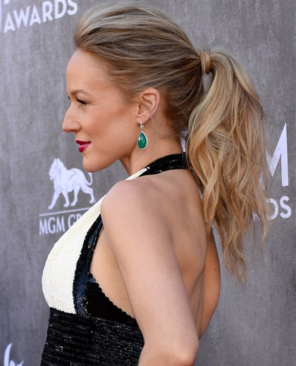 Summer ponytail Pony up: Singer Jewel sports beachy waves pulled back into a ponytail with some bounce.