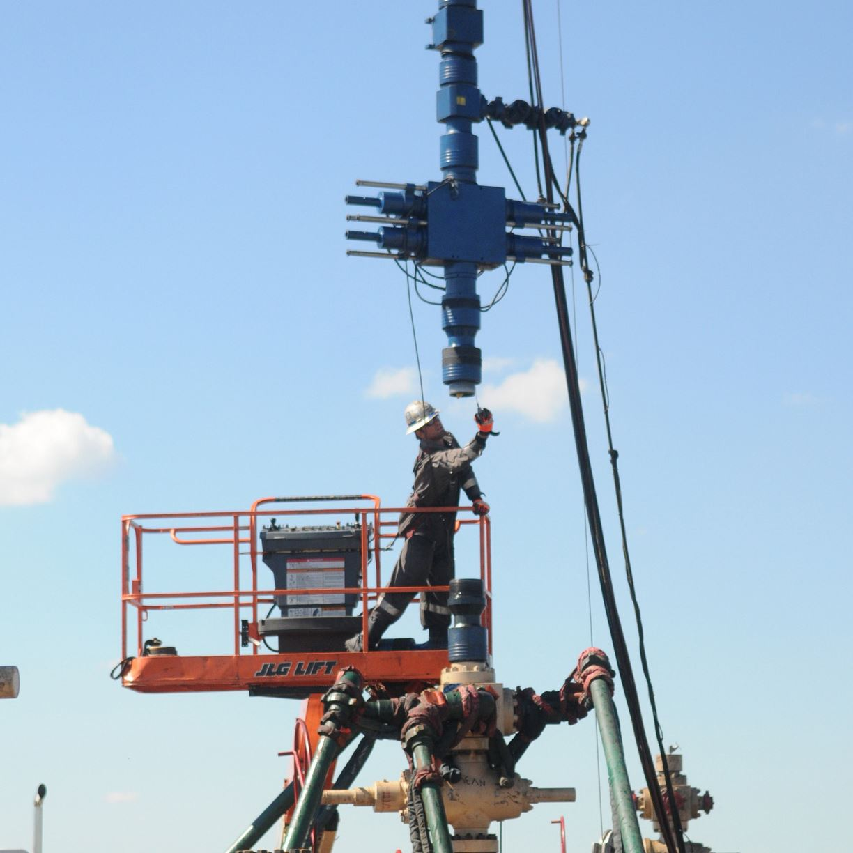 9pe00kp3-1 Workers in the process of drilling on Consol 's NV38 fracking site near Nineveh, Greene County.