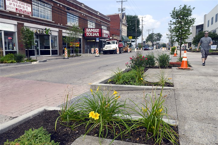 "20140715rldBellevueConstruction02-1 Newly constructed and landscaped ""bump-outs"" along Lincoln Avenue in Bellevue are part of an Allegheny County green initiative redevelopment plan."
