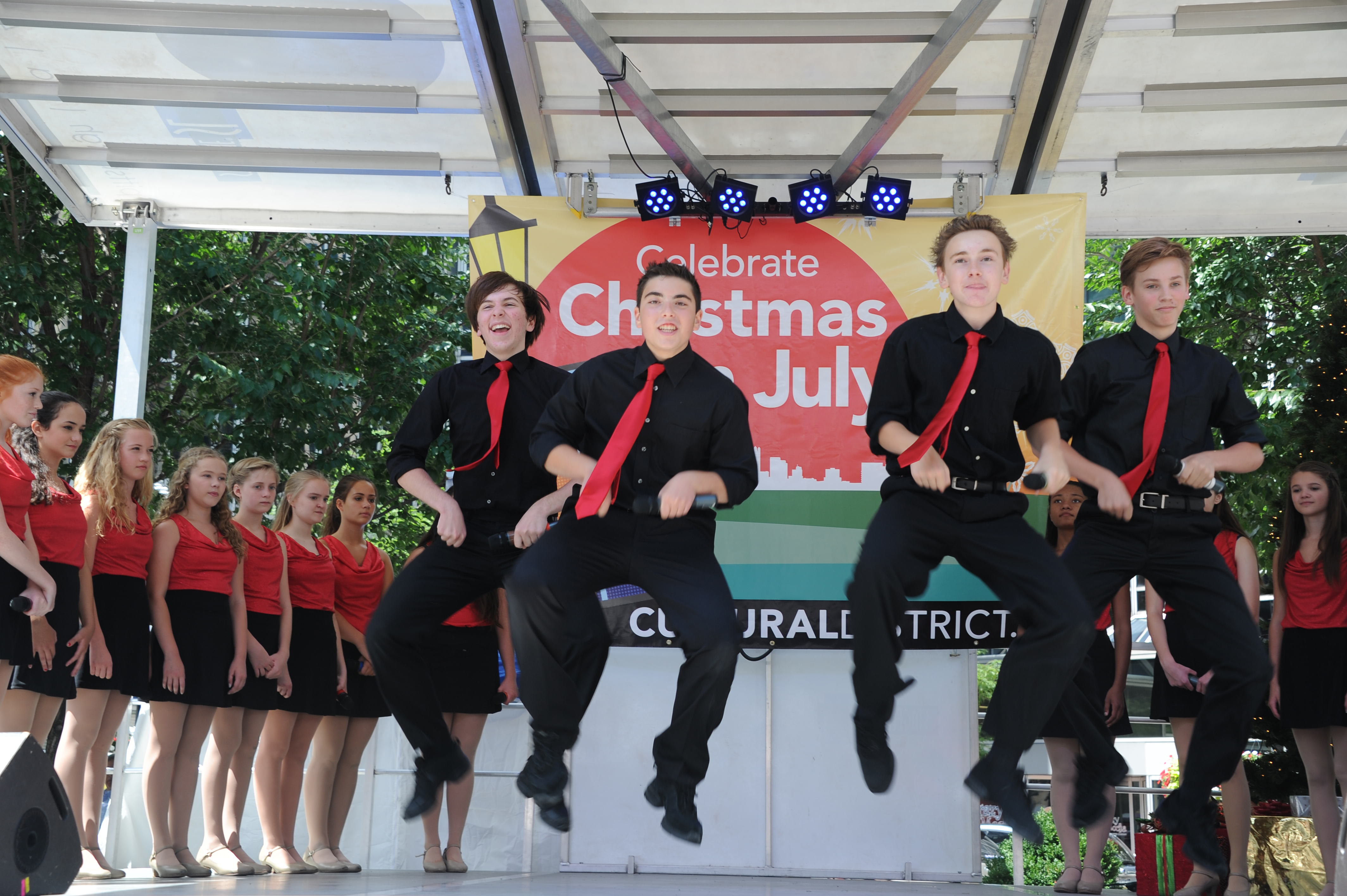 20140717yzChristmasLocal5 CLO Mini Stars will perform at Christmas in July at Market Square.