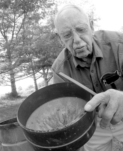 9ra00mbm Richard Hendrickson, 101, shows equipment he uses to collect temperature and precipitation data for the National Weather Service.