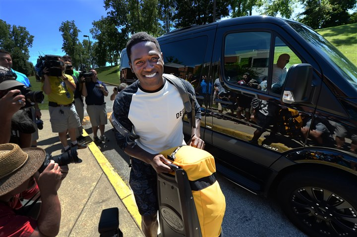 20140725pdSteelersSports03 Antonio Brown makes his way to his dorm room arriving at training camp in a Mercedes Sprinter van.