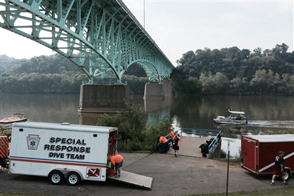 20140801dsTarentumJumper3 Emergency workers prepare for recovery efforts under the Tarentum Bridge.