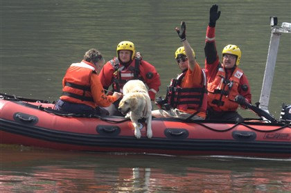 20140801dsSearchLocal01 Rescue crews search in the Allegheny River for Michael Swiklinski.