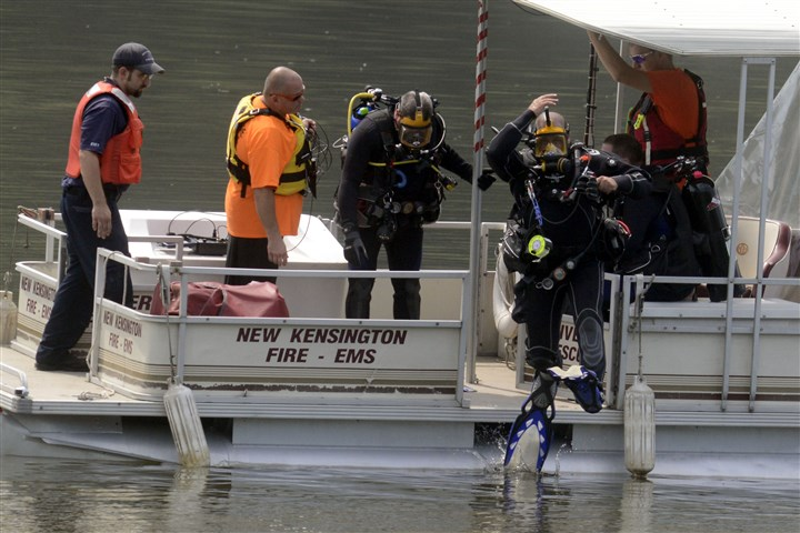 20140801dsSearchLocal04 Divers from the Murraysville Rescue and Dive Team take to the water. They were part of the recovery efforts to find Michael Swiklinski, who was witnessed as jumping off of the Tarentum Bridge.