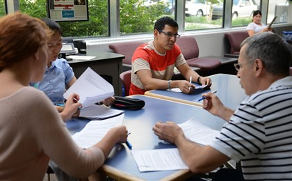 "20140806jrESLlocal1 Patrick ""Peabo"" Winschel (left) leads Natalie Shyva, of Ukraine, (left) Jinny Jeon, of South Korea and Andres Lopez (center) of Ecuador in a Greater Pittsburgh Literacy Council's ESL class Wednesday evening in Cyert Hall on the campus of Carnegie Mellon University in Oakland."