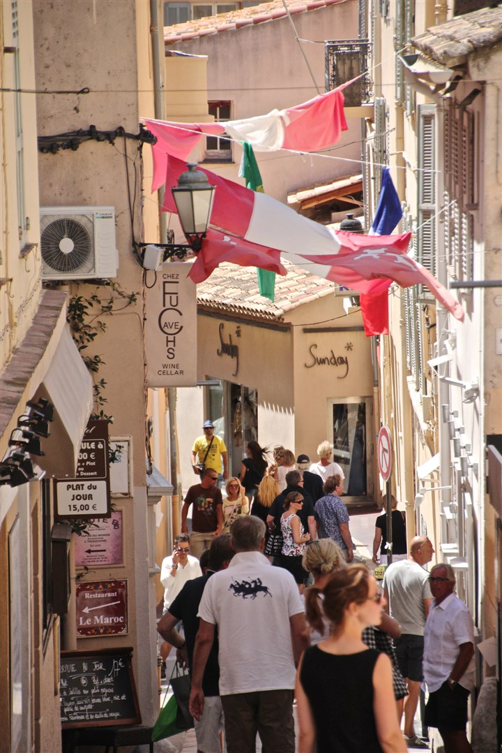 20140815psTropezZMag (4)-3 Shoppers pack the narrow lanes of St. Tropez in the late afternoon. credit Patricia Sheridan