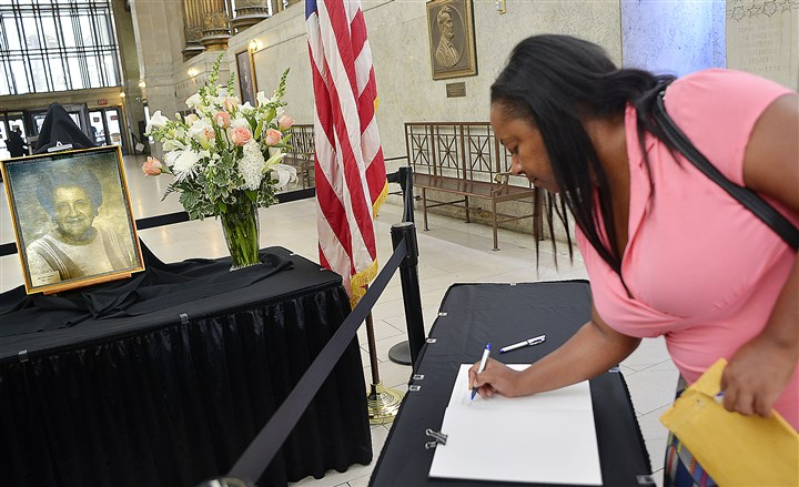 20140818lrsophielocal08-2 Keisha Thomas, of Penn Hills, a staffer for the Allegheny County Department of Human Services, signs the memorial book for the late Mayor Sophie Masloff at the City-County Building, Downtown.
