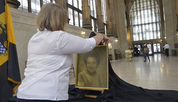 20140818lrsophielocal04 Nancy Burns, of the city's Office of Special Programs, sets up a portrait of the late Pittsburgh Mayor Sophie Masloff in the lobby of the City-County Building, Downtown, today as part of a memorial that will include books for people to sign and leave messages.