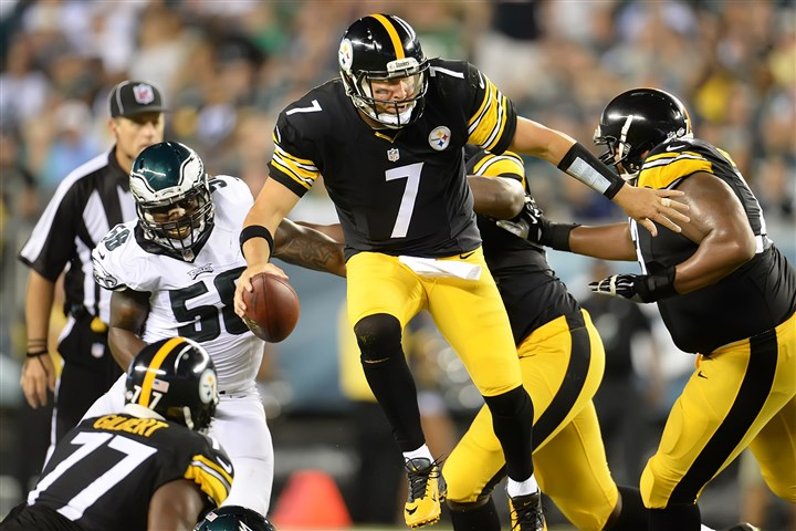 20140821pdSteelersSports11-3 Steelers quarterback Ben Roethlisberger scrambles against the Eagles in the first half of Thursday night's game at Lincoln Financial Field in Philadelphia.
