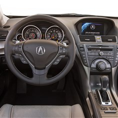 20140825hodriversseatAbiz The 2014 Acura TL's interior still offers a luxurious feel, though some features feel a little dated.