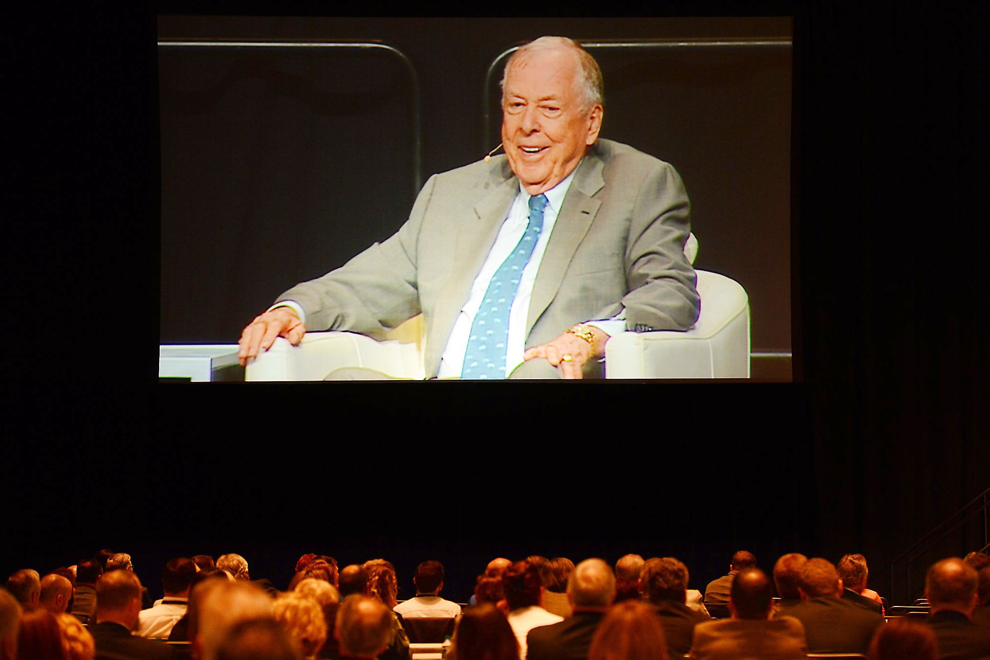 T. Boone Pickens speaks to the crowd during a Pennsylvania Department of Labor and Industry summit Monday.
