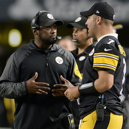 20140828mfsteelerssports06 Steelers head coach Mike Tomlin talks with quarterback Ben Roethlisberger on the sideline as they take on the Panthers in the second quarter at Heinz Field Thursday night, August 28, 2014.