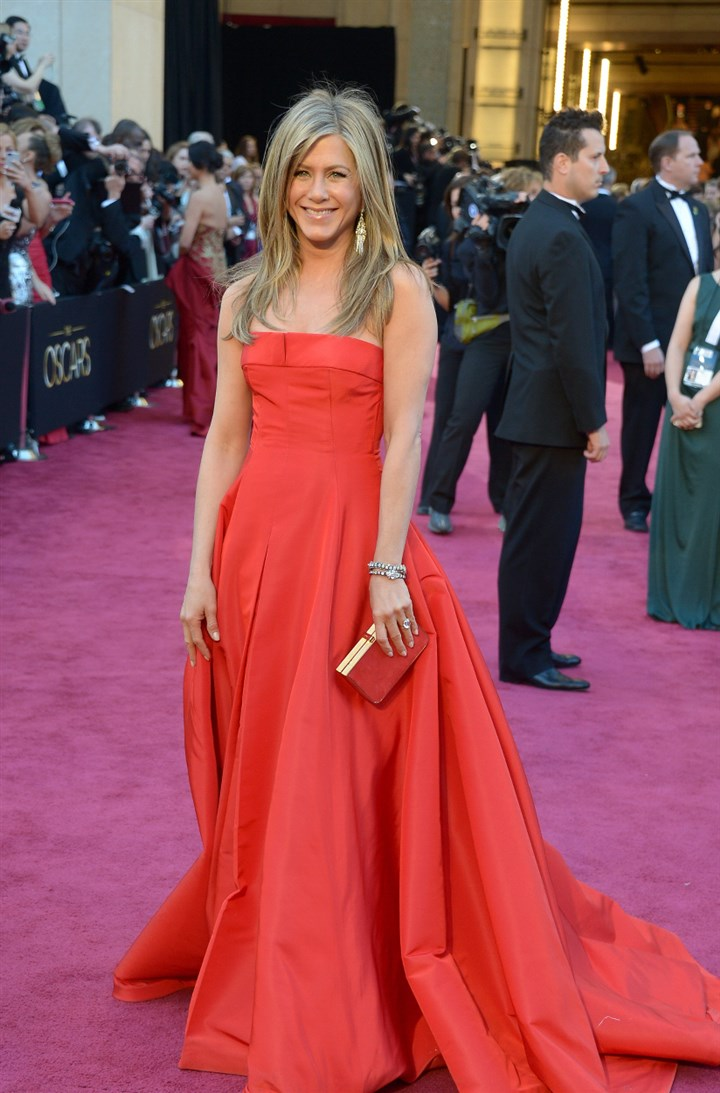 Anniston0902 Actress Jennifer Aniston arrives on the red carpet for the 85th Annual Academy Awards on February 24, 2013.