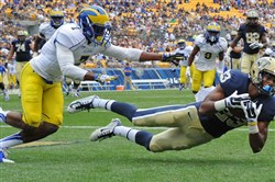 Pitt's Tyler Boyd pulls in the ball for a touchdown against Delaware's C.J. Jones in the first quarter at Heinz Field Saturday afternoon.