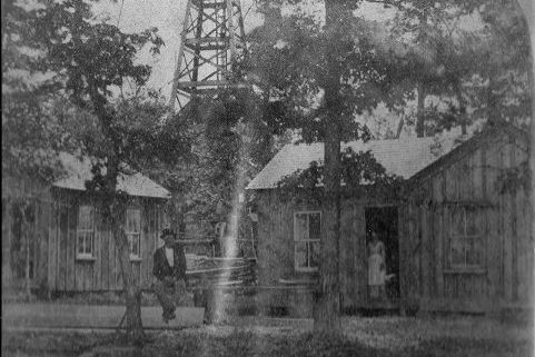 gas well Gas well (1910): Gas Wells appeared in Monroeville in the early 1900s. The rush to find coal had led to the discovery of pockets of natural gas. The first gas pipeline to Pittsburgh began at the Haymaker Well in Murrysville in the 1870s. In the 1880s, the owners of the Haymaker well, reorganized themselves into the Peoples Natural Gas Company, and more than 100 wells were to be drilled in the region around the Haymaker Well.