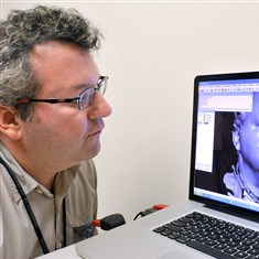 20140922lrdentalhealth05-4 Seth Weinberg, assistant professor at the University of Pittsburgh School of Dental Medicine, with at a three-dimensional image of his head on the screen.