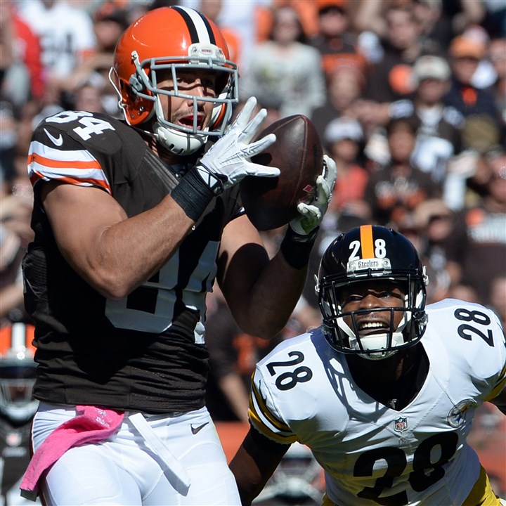 20141012mfsteelerssports03-2 Browns' Jordan Cameron pulls in a pass for a touchdown against Steelers' Cortez Allen in the second quarter at FirstEnergy Stadium in Cleveland Sunday afternoon, October 12, 2014.
