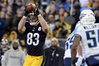 Steelers' Heath Miller pulls in a ball against the Titans in the first quarter at LP Field in Nashville Monday night, November 17, 2014.