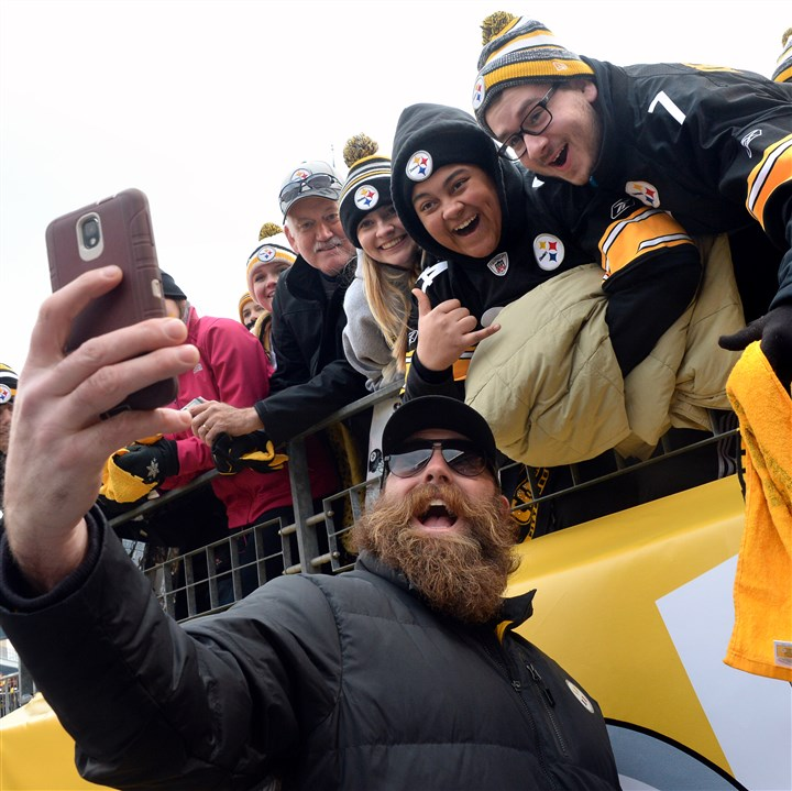 steelers keisel 12212014 Brett Keisel, shown here taking a selfie with fans before December's game against Kansas City, spent 13 seasons with the Steelers.