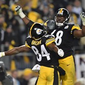 The Steelers' Antonio Brown celebrates with Kelvin Beachum after beating the Bengals at Heinz Field.