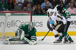 Dallas goalie Kari Lehtonen (32) covers the puck in front of Penguins left winger Chris Kunitz (14) in the third period Thursday night at American Airlines Center in Dallas.