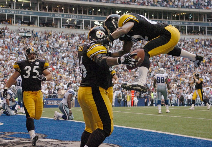 dianabettis74-59 Antwaan Randle El jumps for joy and into the arms of Jerome Bettis at Texas Stadium in 2004.