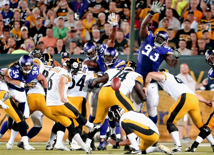 20150809mfsteelerssports06-4 Steelers' Shaun Suisham kicks a field goal against the Vikings in the second quarter of the NFL/Hall of Fame Game Sunday in Canton, Oh. Suisham injured his knee during the game and will have to go through surgery.