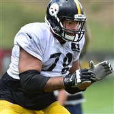 Steelers offensive tackle Alejandro Villanueva sets up to pass protect during afternoon practice Tuesday in Latrobe.