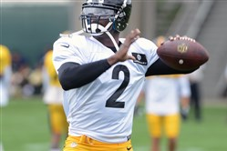 Quarterback Michael Vick practice with the Steelers at the team's South Side facility Wednesday, August, 26, 2015.