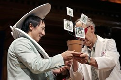 David Hu (the one with the toilet seat on his head) accepts the Ig Nobel Physics Prize for research on the principle that all mammals empty their bladders of urine in about 21 seconds.