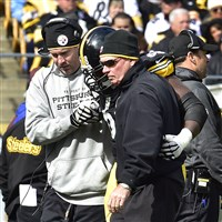 Steelers quarterback Ben Roethlisberger helps left tackle Kelvin Beachum off the field when Beachum went down with his season-ending injury.