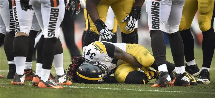 20160103pdSteelersSports17 DeAngelo Williams holds his right ankle, which was injured in the first half of Sunday's game at Cleveland.
