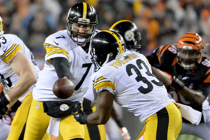 20160109mfsteelerssports12-1 Steelers' quarterback Ben Roethlsiberger hands off to Fitzgerald Toussaint against the Bengals in the second quarter of the AFC Wild Card game Saturday at Paul Brown Stadium.