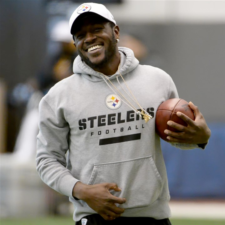 20160113mfsteelerssports05-4 The Steelers' Antonio Brown jogs onto the field during practice on the South Side.