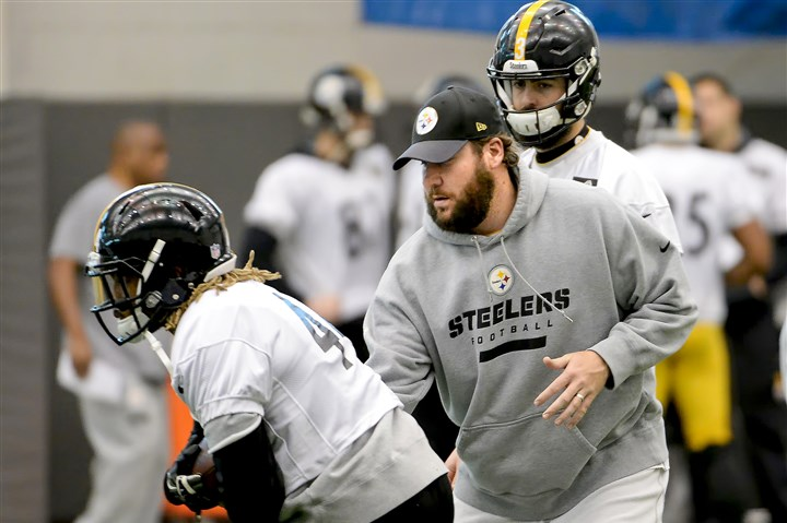 20160114mfsteelerssports01 Steelers quarterback Ben Roethlisberger hands off to Rajion Neal during practice Thursday on the South Side.