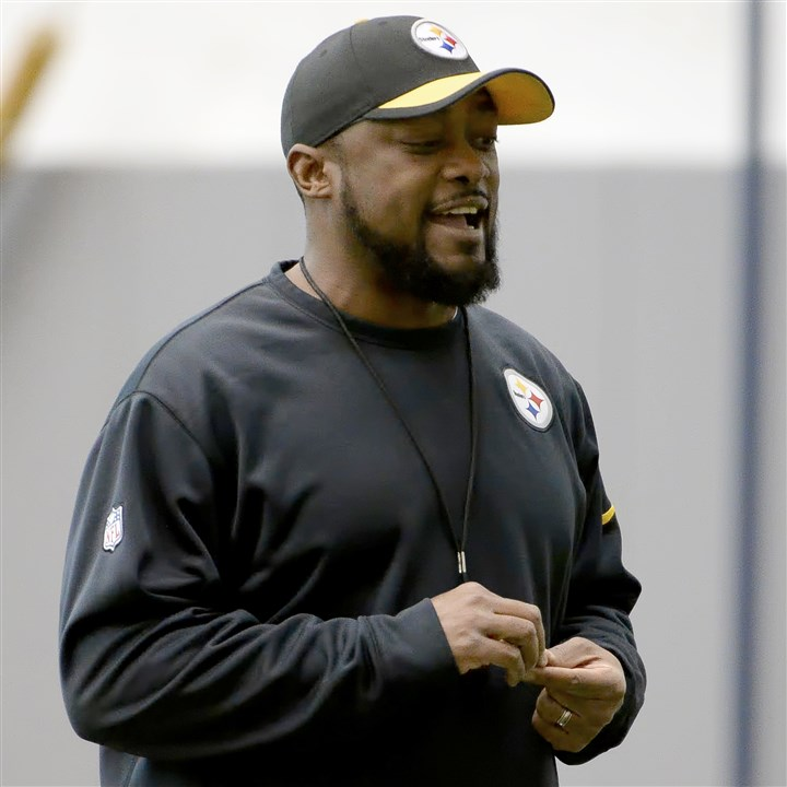 20160115mfsteelerssports05-4 Steelers head coach Mike Tomlin talks to players as they warm up during practice Friday on the South Side.