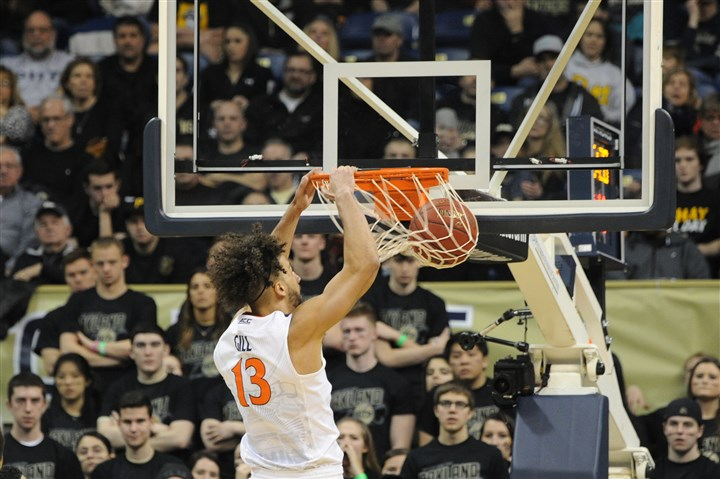20160206lf-Bball06-5 Virginia's Anthony Gill dunks in the second half.