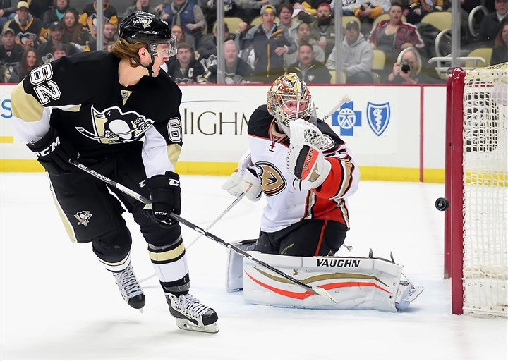 20160208pdPenguinsSports01 Penguins' Carl Hagelin scored a goal against the Ducks in the first period.