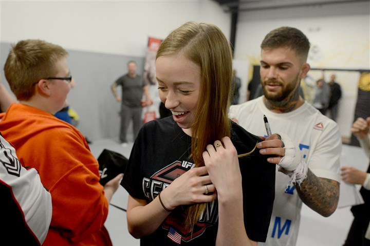 20160219MWHufcSports09-8 Cody Garbrandt signs the shirt of Jennifer Zysk, 21, of Oakdale, during a UFC open practice session Friday at Stout Training Pittsburgh.