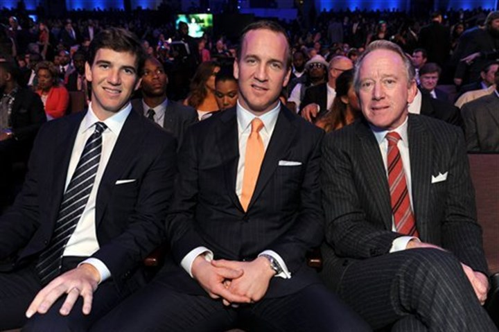 Mannings0221 New York Giants quarterback Eli Manning, Denver Broncos quarterback Peyton Manning and their father, former NFL quarterback Archie Manning.