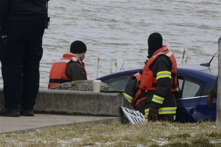 20160226dsCanonsburgLakeLocal04-2 A car is retrieved from the Canonsburg Lake in Peters Township.