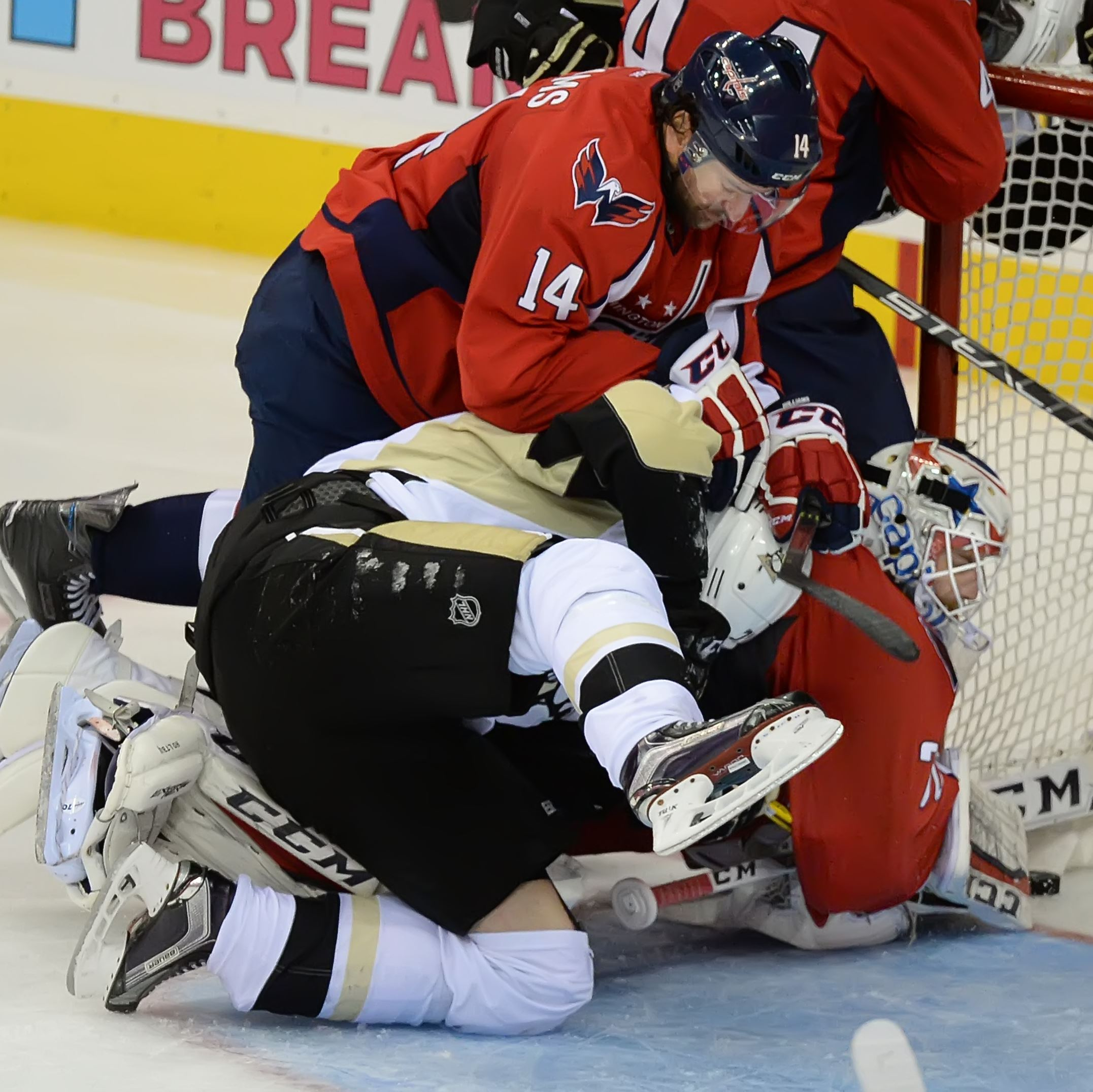 Oshie's hat trick powers Capitals past Penguins in Game 1