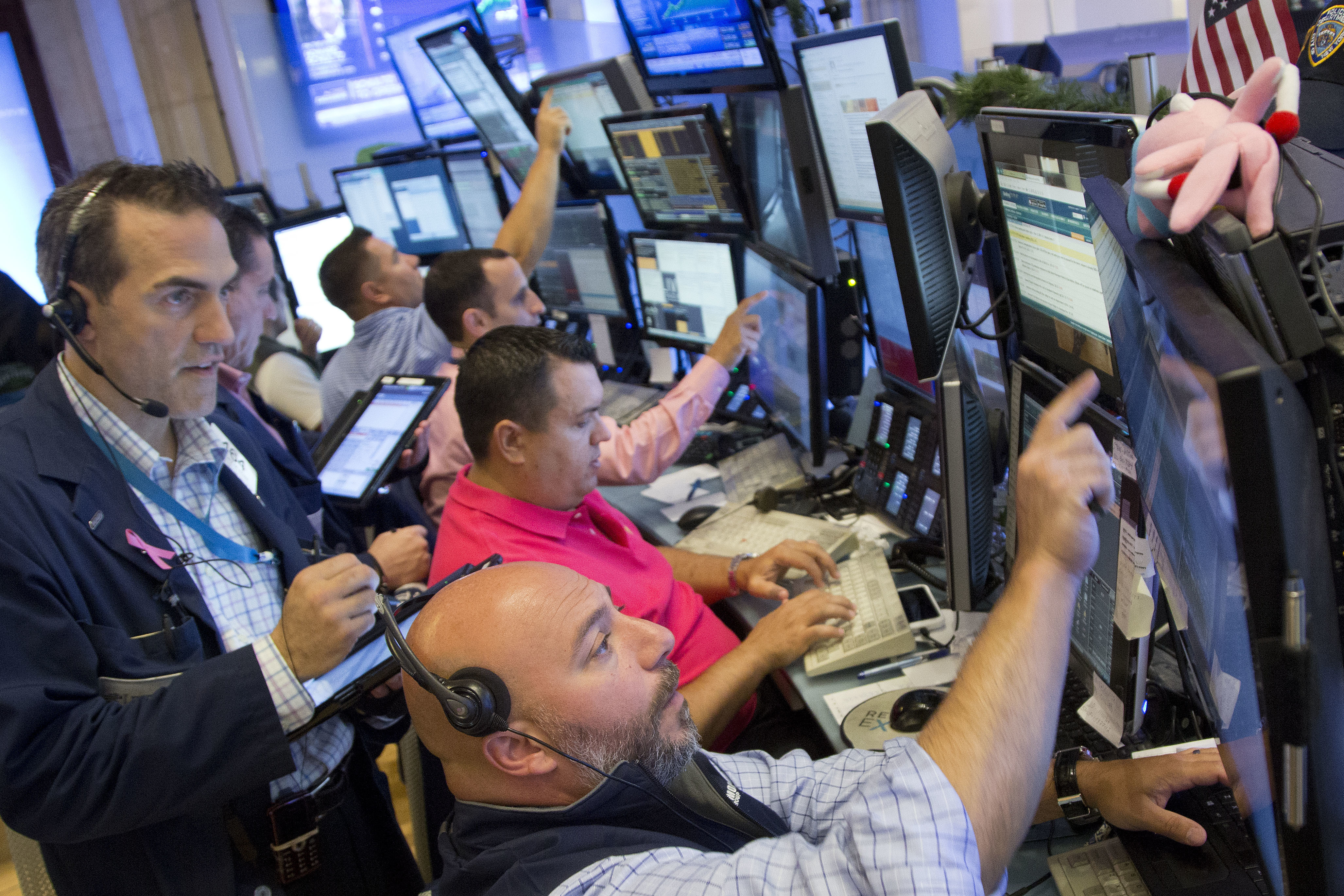 U.S. stock indexes inch higher in another listless day