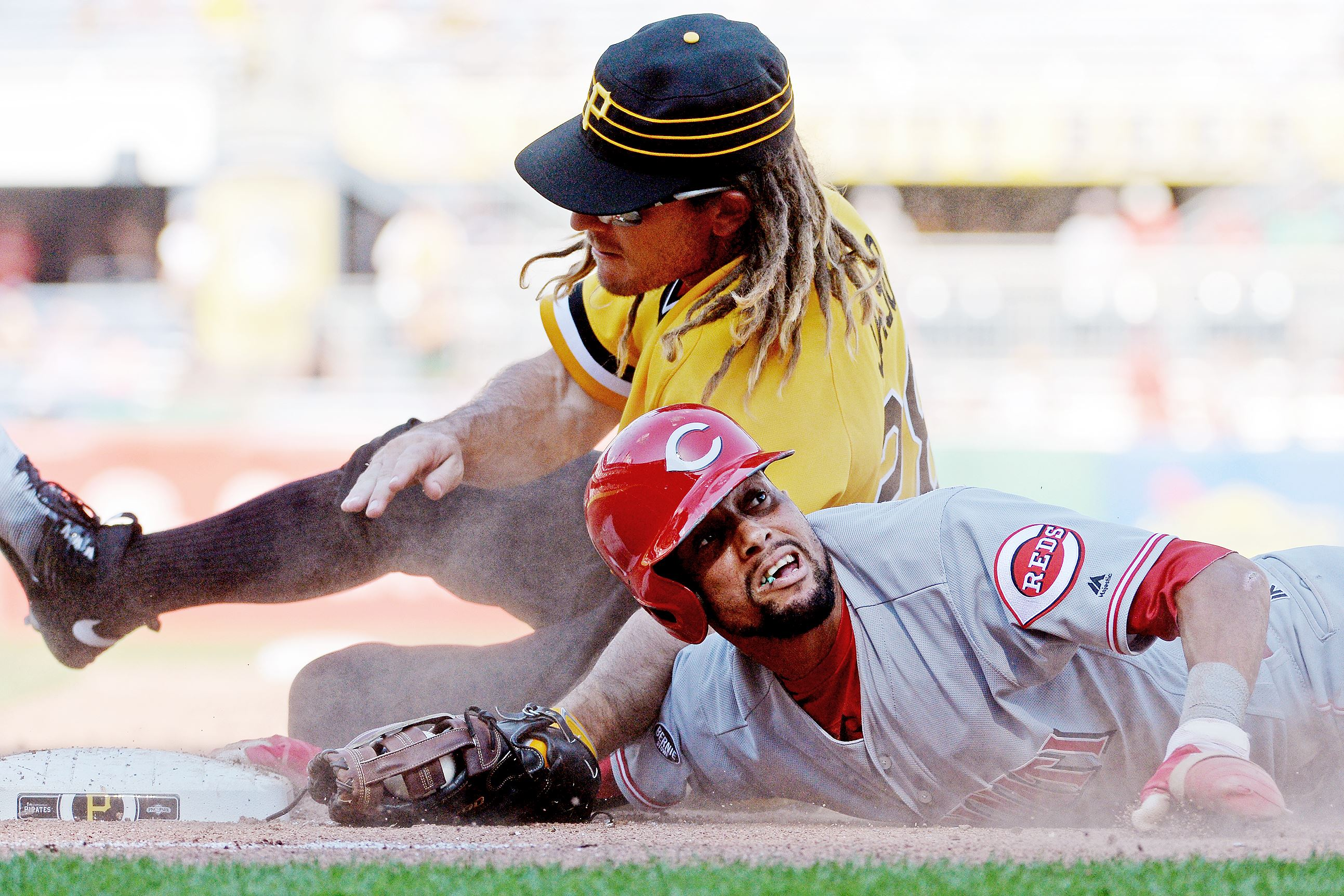 Hamilton steals 4, gets 3 hits, scores 3 as Reds top Pirates