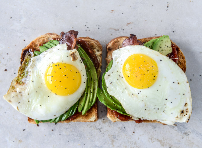 Avocado, Bacon and Egg Toast With Quick Tomato Jam Avocado, Bacon and ...