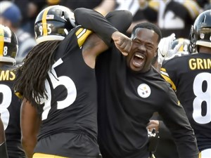 Steelers outside linebackers coach Joey Porter congratulates Jarvis Jones on a fumble recovery against the Patriots in the first quarter Sunday at Heinz Field.